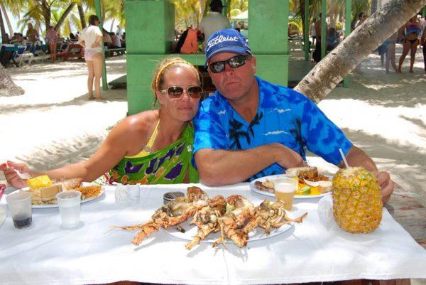 couple eating buffet in saona island